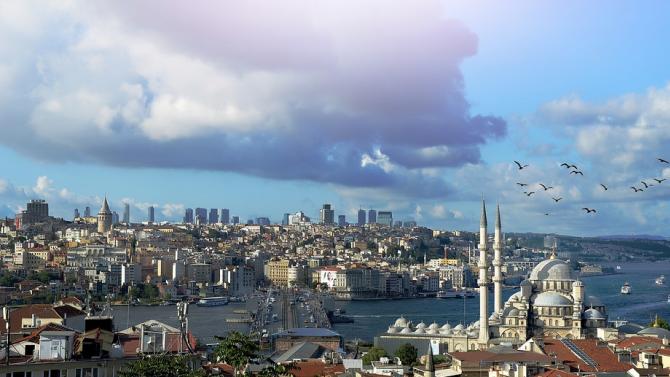 Истанбул изживява трети пик в пандемията от коронавирус, заяви здравният