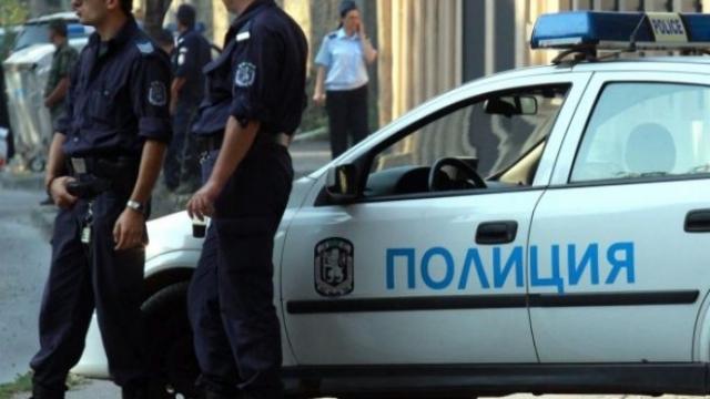 Полицаи са хванали неправоспособен зад волана на кола с незаконни