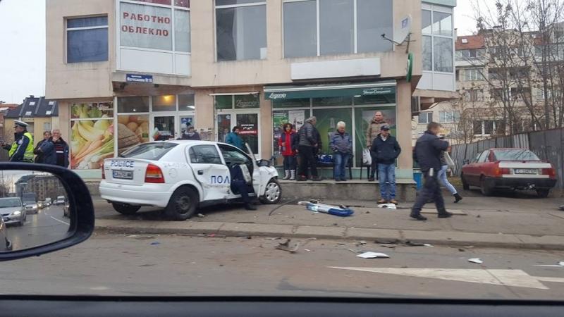 Катастрофа с патрулка в столицата, има пострадали полицаи /снимки/