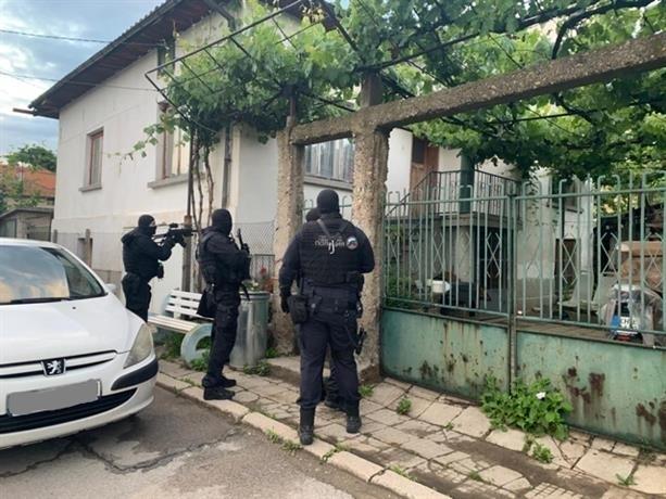 Служители на реда са проверили къща в Роман за наркотици,