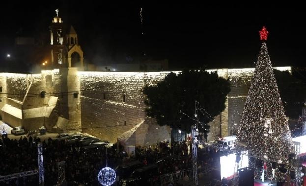 """Пред катедралата """"Рождество Христово"""" във Витлеем вече блести 15-метрова елха,"""
