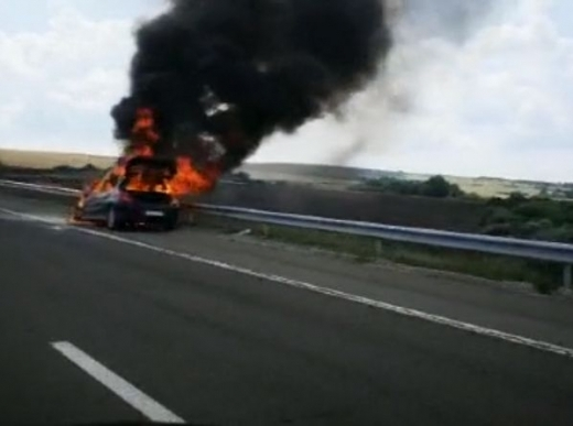 Лек автомобил избухна в пламъци на АМ Тракия тази сутрин.