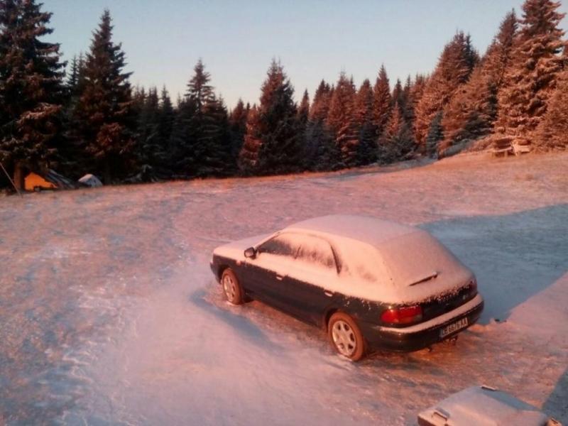 Сняг вали в планините, снежната покривка на връх Ботев е