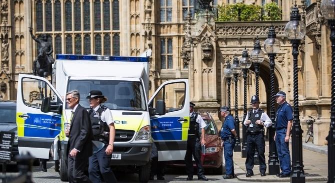 Полицейските власти в Лондон са задържали 17-годишентийнейджър,заподозрян, че е хвърлил