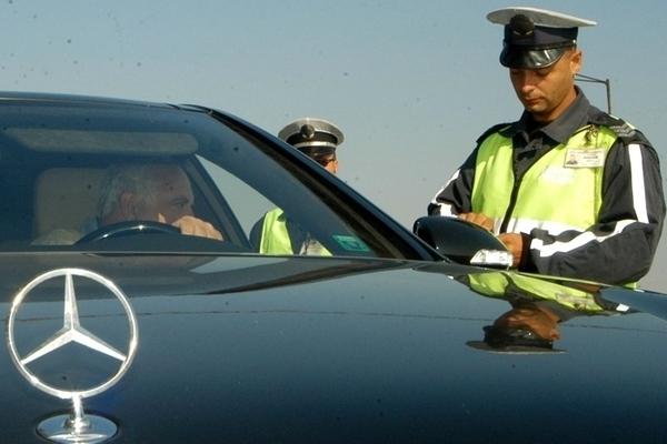 Служители на реда са хванали шофьор да управлява нередовния си