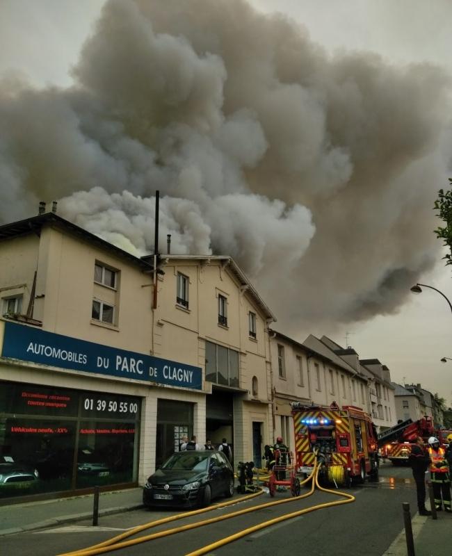 Голям пожар пламна в близост до двореца Версай в едноименното