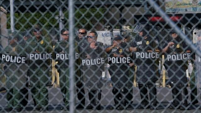 Мексико спря голяма колона бежанци, които вървят пеша към САЩ.