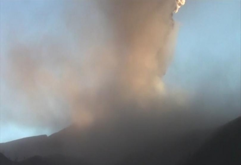 Перуанските власти разпоредиха в петък евакуацията на стотици хора, живеещи
