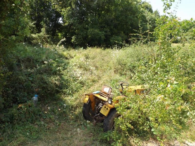 Възрастен мъж се е обърнал с трактор край мездренското село