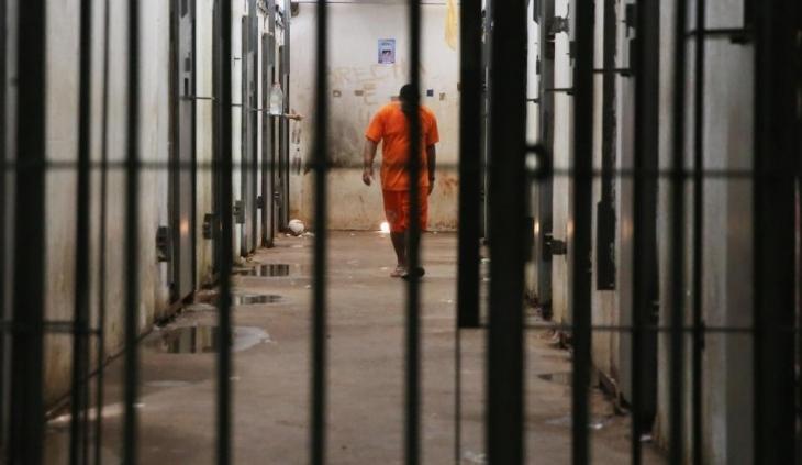 Затворник, излежаващ присъда в единични килия в затвора в Бобов
