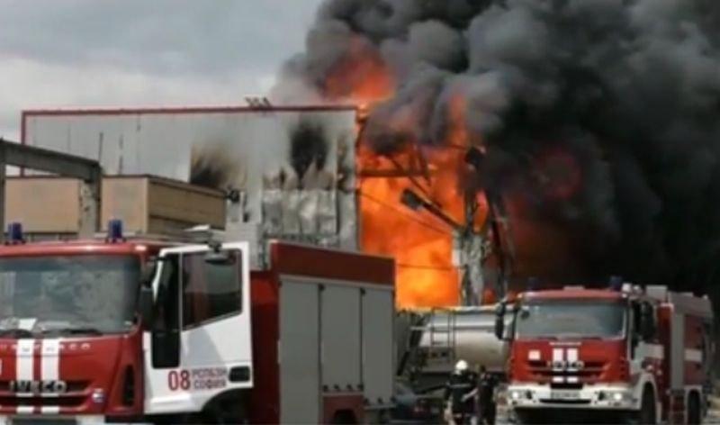 Пожар горя в столичен квартал, има пострадал