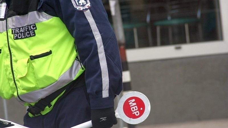 Полицаи спипаха 48-годишен мъж с нередовен лек автомобил в Лом,