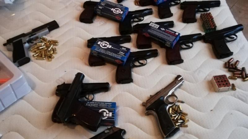 Разкриха група за трафик на оръжие и наркотици от България