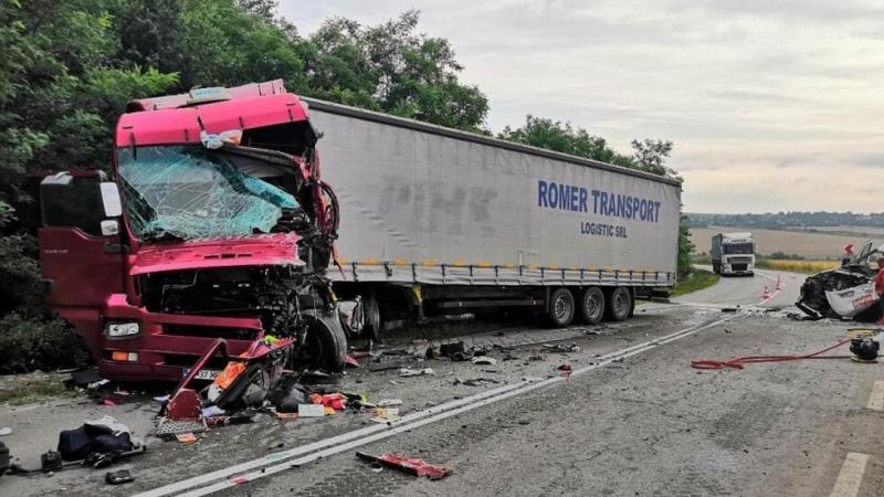Тежка катастрофа между ТИРи два леки автомобила затвори пътя между