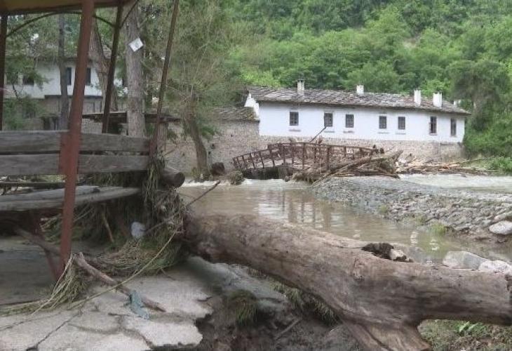 Разрушен е мостът при Дряновския манастир след проливните дъждовe, каза