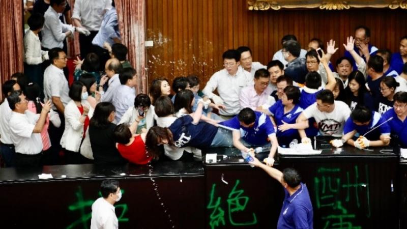 Депутати се сбиха в тайванския парламент
