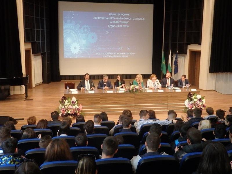 Eврокомисарят по цифрова икономика и цифрово общество Мария Габриел, евродепутатът