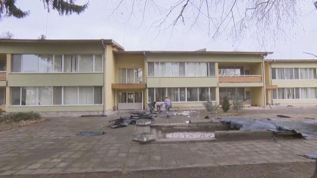 Заради силния вятър покрив на детска градина в Ботевград се