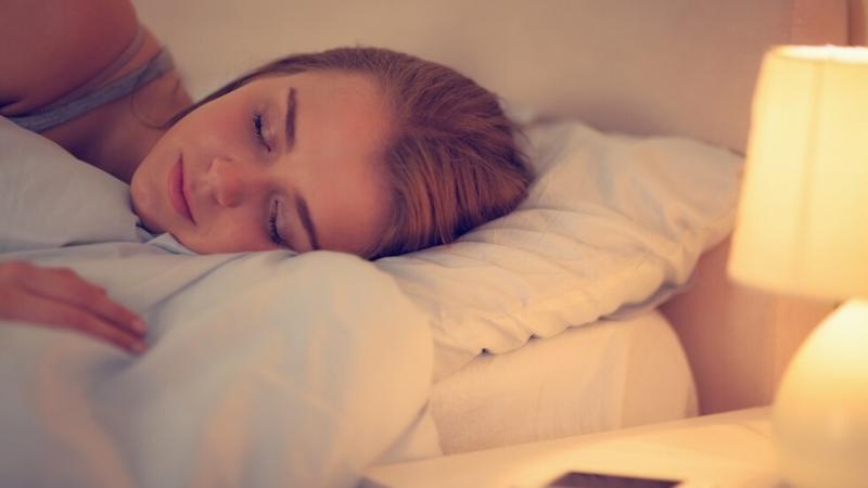 Жените, които спят на включен телевизор или на запалена лампа