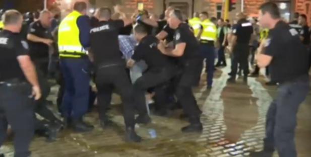 Шокиращи кадри показват бруталния побой на студент на петъчния протест в София /видео/