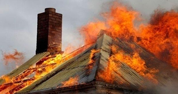 Пламъци унищожиха покрив на сграда в близост до гара в