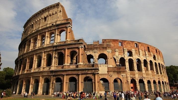 Служители на службата за сигурност на Колизеума заловиха турист, който
