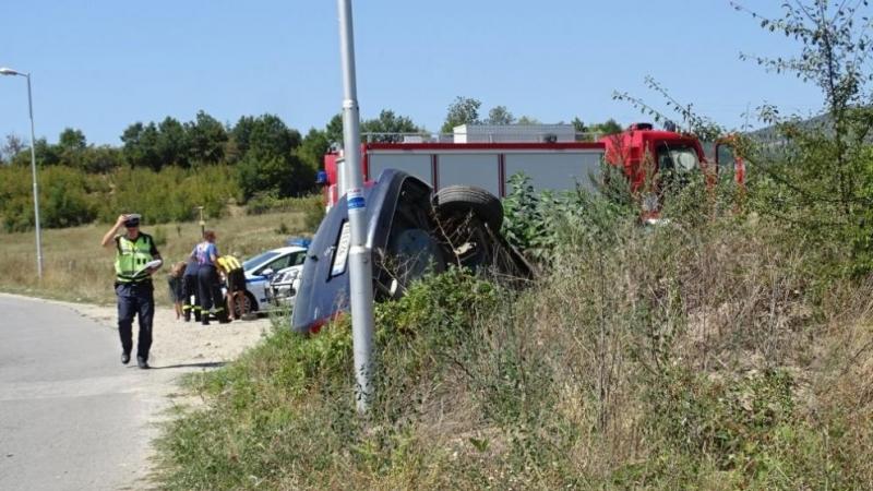 Снимка: Автомобил излетя от пътя край Симитли и се обърна в канавка /снимки/