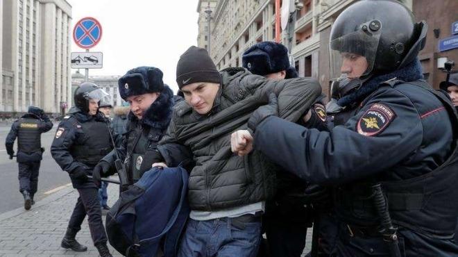 Работници организираха масов бой с пръчки в центъра на Москва