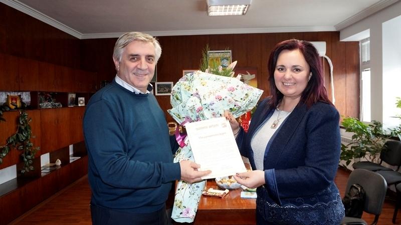Кметът на Община Мездра Иван Аспарухов връчи поздравителен адрес и