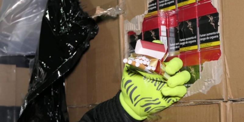 Снимка: Удар на митничарите! Откриха над 11 000 кутии нелегални цигари на Дунав мост
