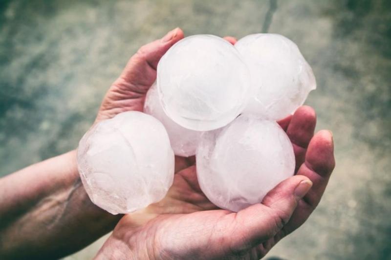 Силна буря, придружена с дъжд и градушка, първоначално с размерите