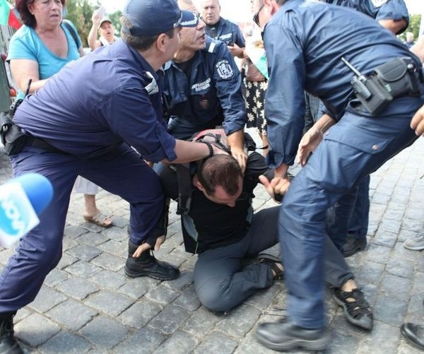 Криминално проявен мъж от Враца е нападнал служители на реда