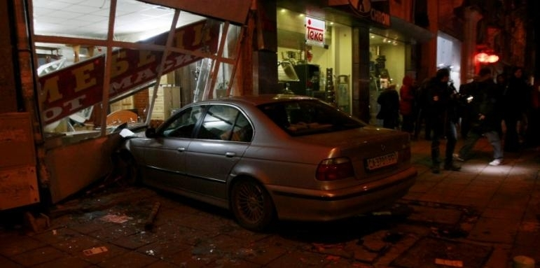 Мъж без книжка се вряза в заведение във Варна, има пострадал