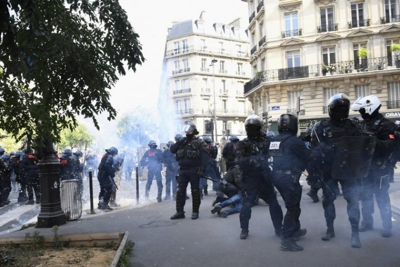 Полицаи на мотоциклети в Парижизползваха сълзотворен газ срещу шествието против