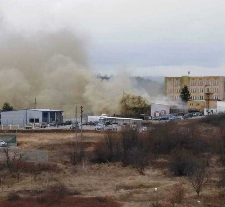 От последните минути! Голям пожар гори в Монтана, огнеборци се борят със стихията /снимки/