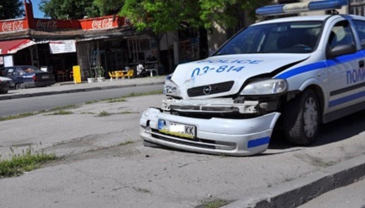 Полицай от Лом е отнел предимството и ударил друг автомобил