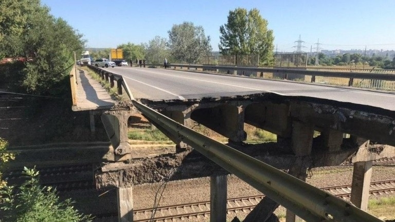 Част от автомобилен мост пропадна в Харков тази сутрин. Няма