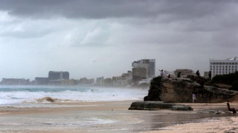 Ураганът Зета удари крайбрежието на Канкун, Мексико, съобщи Националният център