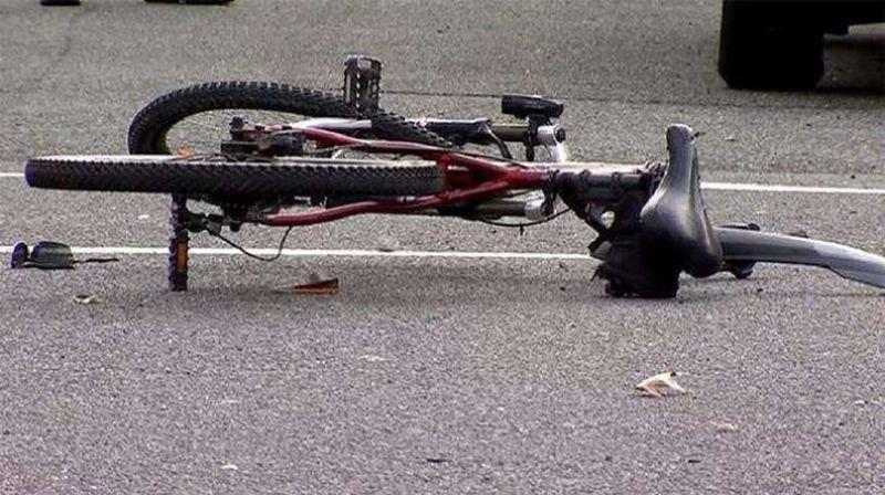 Лек автомобил е блъснал и убил велосипедист на пътя между