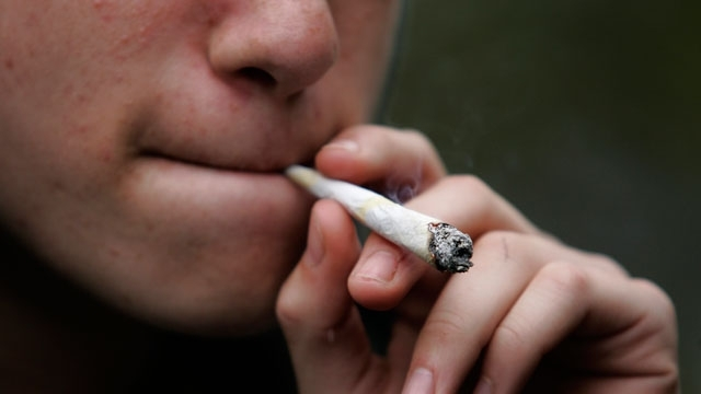 """Снимка: Хванаха младежи с """"чай за пушене"""" и ароматни цигари"""