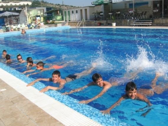 Община Мездра организира курсове по плуване за ученици от I
