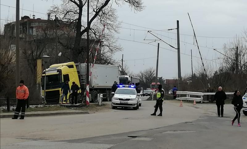 Пътен инцидент е станал преди минути в Лом, научи агенция