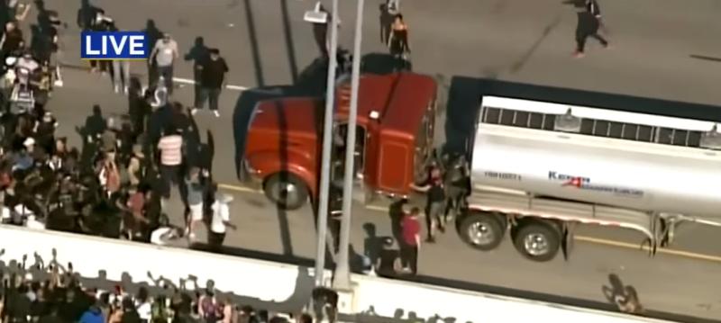 Камион цистерна се вряза в демонстранти на междущатската магистрала 35