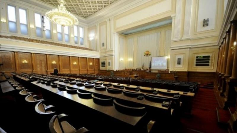 На фона на протестите: Парламентът излезе във ваканция