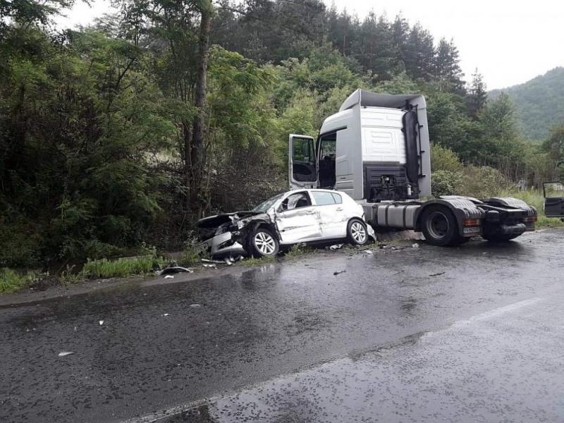 Мъж загина при верижна катастрофа, четирима са ранени край Разлог /снимки/