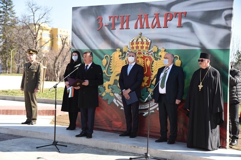 С тържествена церемония по издигане на националното знаме на Република