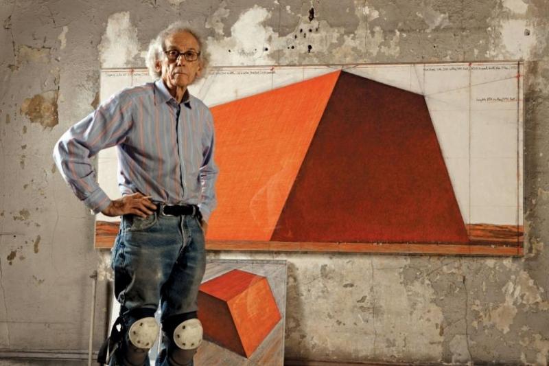 """В Лондонхудожникът Христо Явашев-Кристооткривапоредния си проект.Инсталацията се нарича """"Мастаба""""и щеплува"""