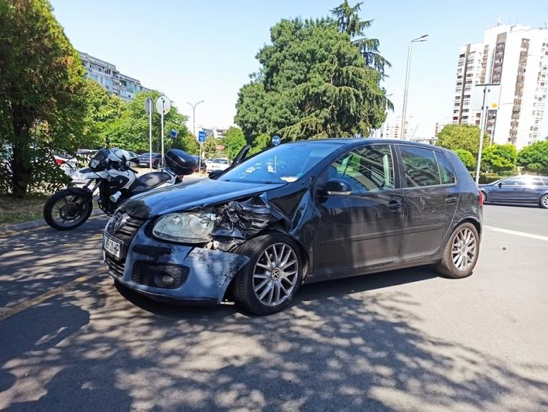 Фолксваген с бургаска регистрация се натресъл в патрулка на пешеходна