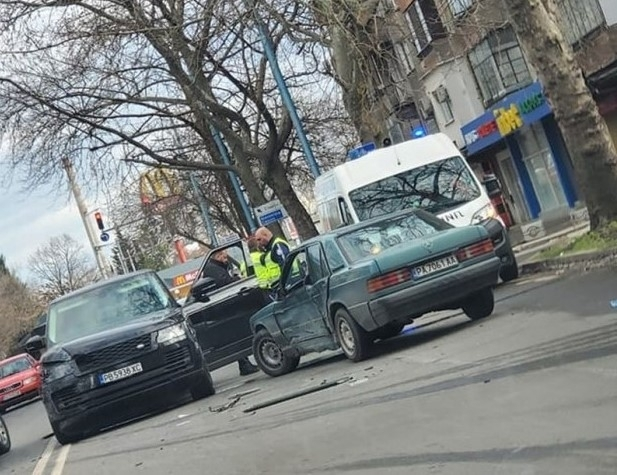 "Джип и лек автомобил ""Мерцедес"" са катастрофирали в Пловдив, съобщиха"
