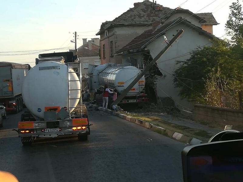 ТИР е влязъл в къща на пътя между Враца и